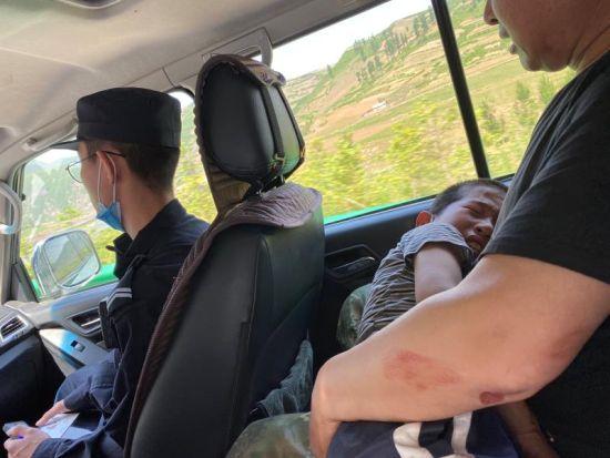 民警及时将受伤男孩送往医院