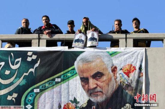 当地时间1月7日,伊朗指挥官苏莱曼尼的遗体运抵其家乡克尔曼,众多民众前来哀悼。