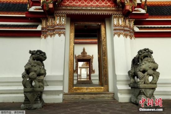 当地时间3月24日,由于受到新型冠状病毒影响,泰国曼谷著名旅游景点卧佛寺空无一人。该寺院是全曼谷最古老的庙,也是全泰国最大的庙宇。
