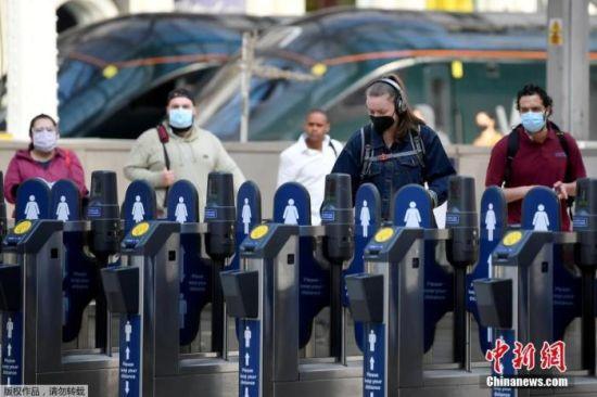 资料图:当地时间6月15日,英国伦敦,通勤者戴口罩乘坐公共交通。