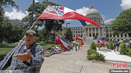 当地时间6月28日,密西西比州州旗的支持者来到州议会大楼外