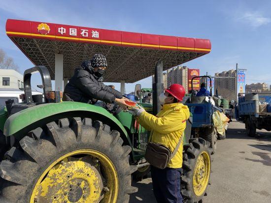 加油站内做好预约、错时服务,并为等待加油的农民送上免费简餐