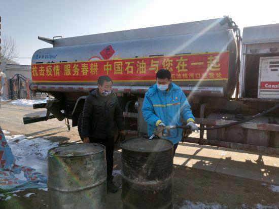 站经理把春耕用油送到农户家中