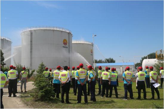 """""""中国石油开放日""""活动,组织参观人员到规定区域观看安全演练"""