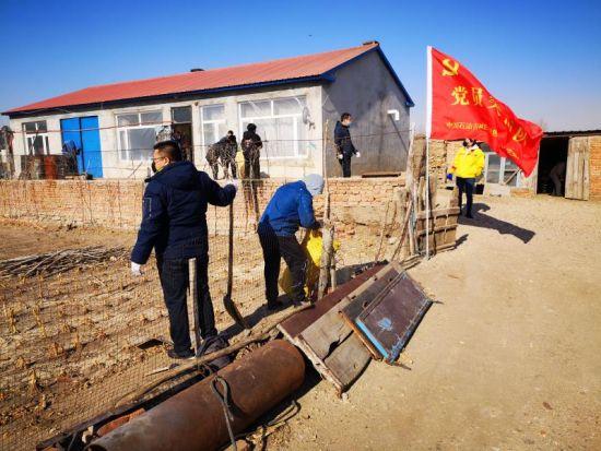 疫情期间,党员突击队到扶贫村帮助农户消毒、打扫(资料图片)王思勤摄