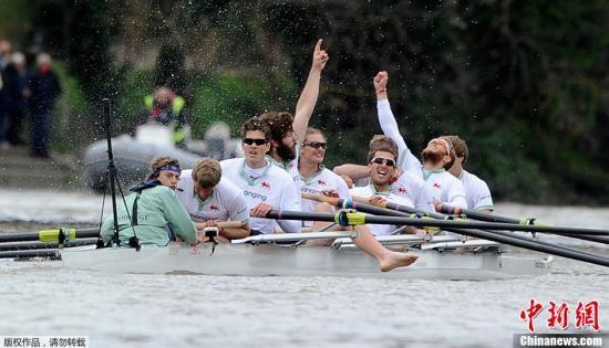 资料图:英国牛津大学与剑桥大学举行赛艇比赛。