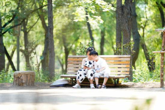 小朋友在长春市南湖公园的长椅上玩耍(6月17日摄)。新华社发(颜麟蕴 摄)