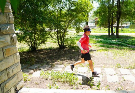 市民在拆除围墙的长春市南湖公园跑步(6月17日摄)。新华社发(颜麟蕴 摄)