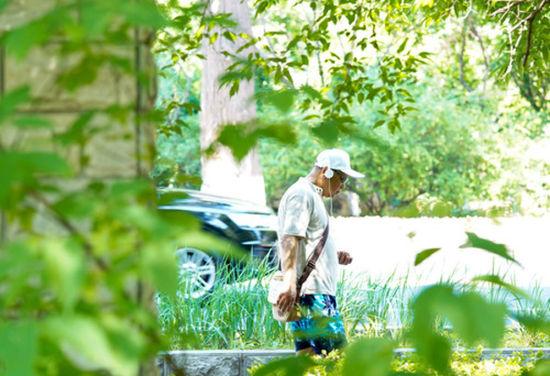 市民经过拆除围墙的长春市南湖公园(6月17日摄)。新华社发(颜麟蕴 摄)