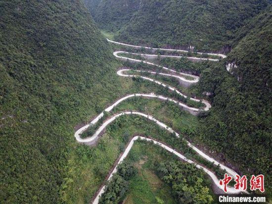从下南乡到环江县城弯曲的公路。蒋雪林 摄
