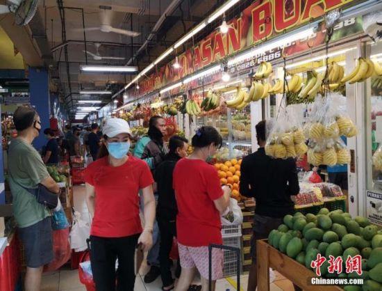 6月27日,位于印尼首都雅加达北部PIK华人区的巴刹(农贸市场之意、印尼语叫Pasar)热闹如常。中新社记者 林永传 摄