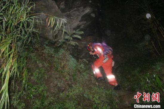 图为消防人员转移被困人员。 朱玉龙 摄