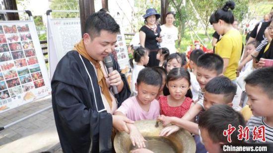 毛武顺向孩子们介绍民俗。临海市小芝镇供图