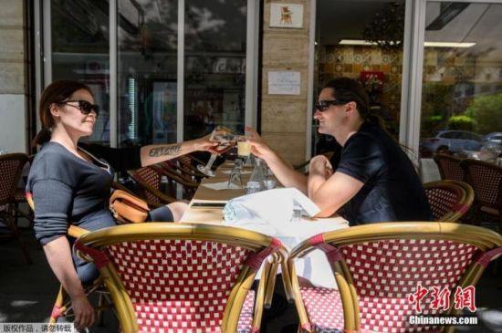 当地时间6月2日起,法国首都巴黎的咖啡馆、餐馆将重新开张,但只允许开放露天座。