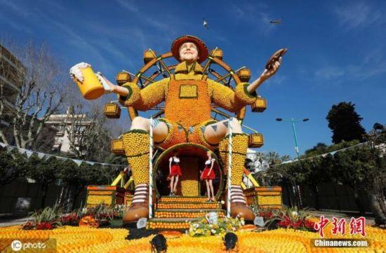 """当地时间2月18日,法国芒通第87届芒通柠檬节举行,本年度柠檬节的主题是""""世界各地的派对"""",水果雕塑吸引眼球。"""