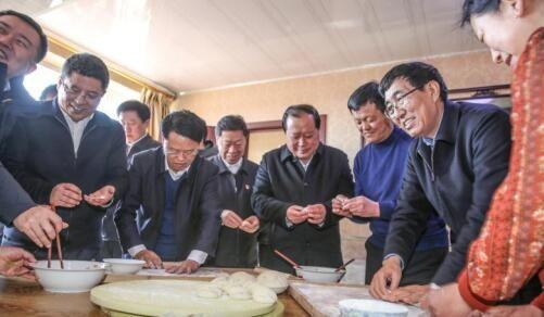 2018年2月13日,吉林省委书记巴音朝鲁(右二)到白城市洮北区青山镇黎明村走访慰问贫困户
