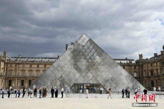 当地时间7月6日,法国巴黎卢浮宫恢复开放,采取严格的疫情防控措施,控制参观人数。受疫情影响,卢浮宫关闭长达16周。 中新社记者 李洋 摄