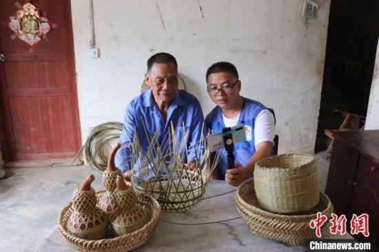 梁福年通过网络直播方式帮助苏国厚销售竹编助增收。 钟鸣 摄