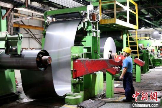 福建凯景新型科技材料有限公司厂区内,推拉式酸洗线、热浸镀锌线、裁剪加工成型线等6条生产线有序运作。 李思源 摄