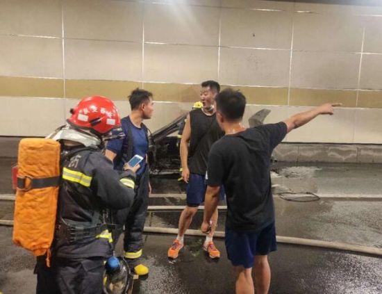 向赶来救援的消防员介绍事发情况