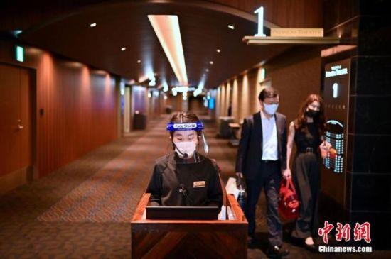 当地时间2020年6月5日,日本东京,电影院重新开放,员工戴着防护面罩。 图片来源:视觉中国