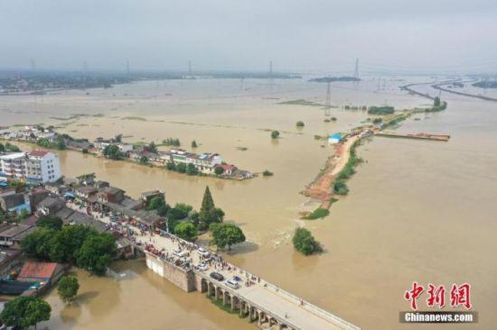 7月23日,航拍安徽庐江县白山大桥周边被淹村庄。22日,安徽庐江县同大镇石大圩发生决口,洪水漫过附近乡村。 中新社记者 张娅子