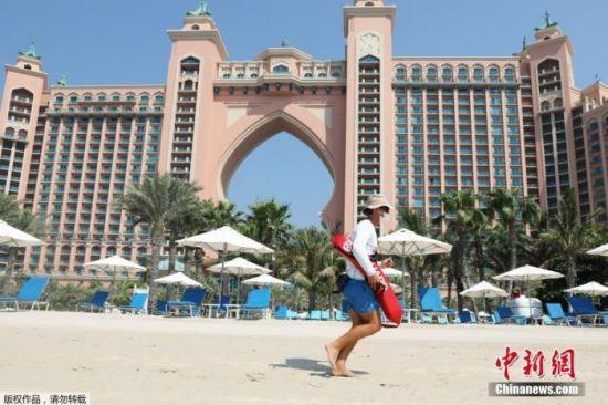 当地时间7月7日,受新冠疫情影响,在阔别3个多月之后,迪拜重新向海外旅客开放,持阿联酋有效签证的外国旅客即日起即可入境。图为迪拜地标建筑五星级棕榈岛亚特兰蒂斯酒店重新开放。