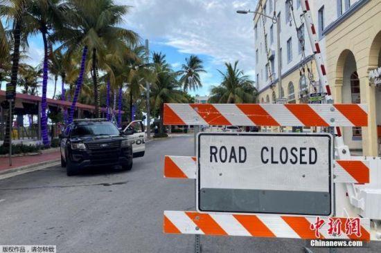 当地时间7月18日,由于新冠肺炎疫情反弹,美国佛罗里达州迈阿密海滩从晚上8时起实行宵禁,道路封闭,饭店停止营业。
