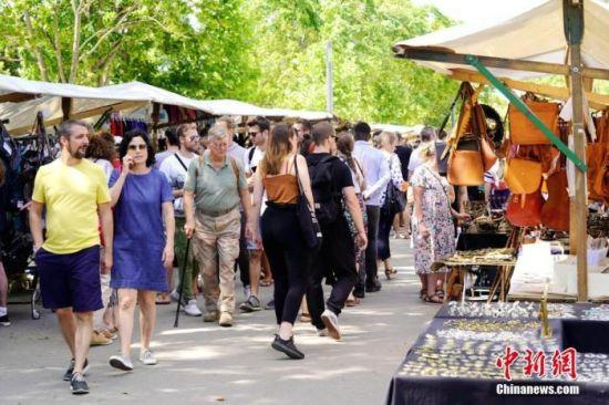 7月5日,因疫情关闭近4个月的柏林墙公园跳蚤市场重开。中新社记者 彭大伟 摄