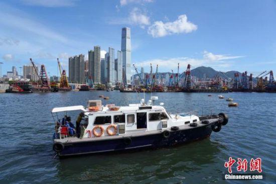 7月26日,香港特区政府宣布,由7月29日(星期三)起暂停所有客船及所有没有在港处理货物装卸货船的船员换班,�帐战衾锤劢�行货物装卸货船的换班船员、机组人员及其他获豁免到港检疫人士的检测及检疫安排。中新社记者 张炜 摄