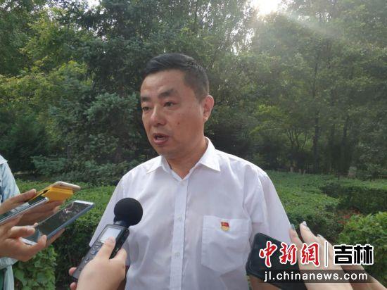 锦程街道办事处主任魏蓬介绍街道双拥情况