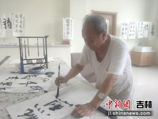 81岁的宋洪德在养老机构中练习毛笔字。 谭伟旗/供图