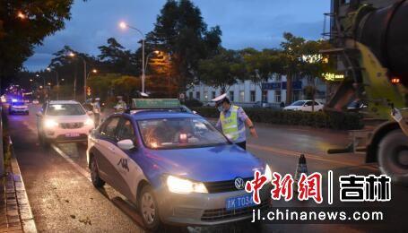 交警正在对过往车辆进行检查 白河森林公安局/供图
