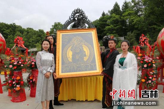"""时爽将""""长白山之神""""唐卡捐赠给讷殷博物馆 王海龙/供图"""