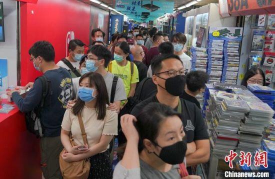 资料图为香港市民戴口罩逛商铺。中新社记者 张炜 摄