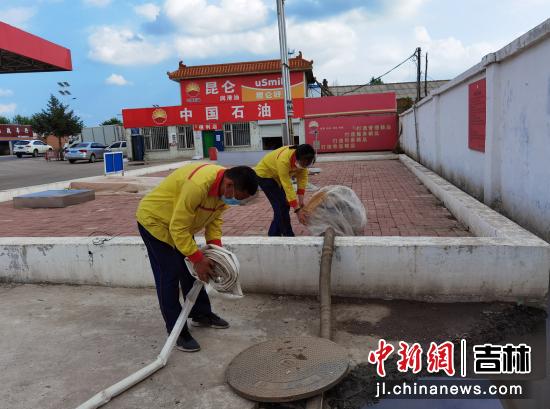 加油站检查疏通站内排水管道 王九龙/供图