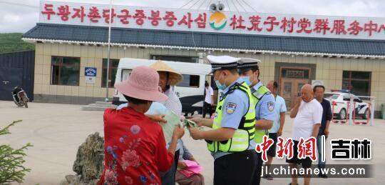 民警正在对辖区悬挂交通安全警示条幅/汪清森林公安局供图
