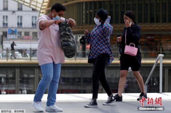 人们戴着防护口罩,走进巴黎的韦斯特菲尔德论坛(Westfield Forum des Halles)购物中心。
