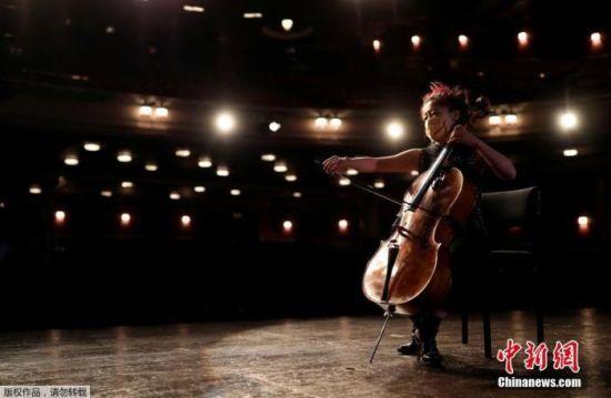 当地时间8月3日,英国爱丁堡国际艺术节因疫情取消,舞者和音乐家戴口罩在剧院进行线上演出。