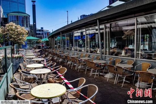 资料图为疫情下的荷兰露天餐馆。