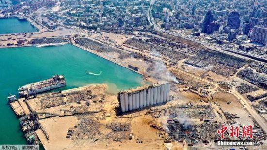 当地时间8月5日,贝鲁特港口爆炸后,原本建在港口处的一个小麦仓库只留下一面墙。