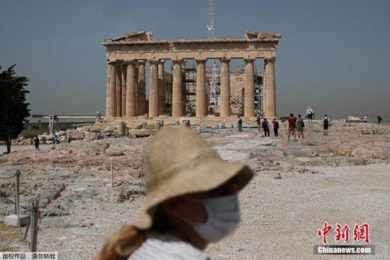 图为疫情下,戴口罩的游客在希腊雅典卫城参观。