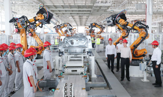 许家印视察恒大汽车生产基地车身车间
