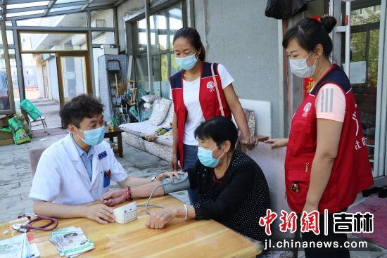 志愿者为老人测血压 赵宾宾/供图