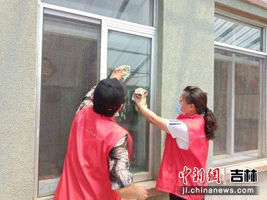 志愿者在打扫卫生 仲敏/供图