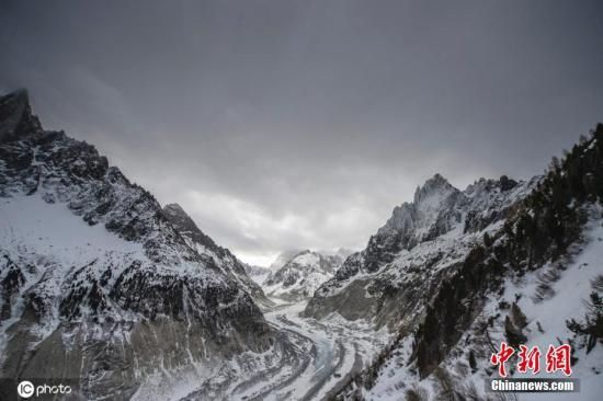 资料图:当地时间2020年2月13日,法国霞慕尼附近,实拍勃朗峰冰川。