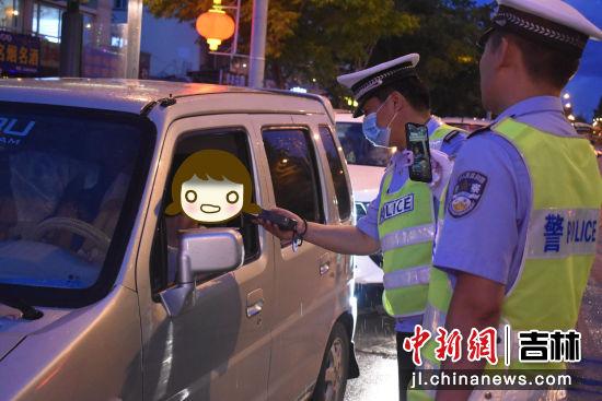 民警对车辆进行安全教育 白河森林公安局/供图
