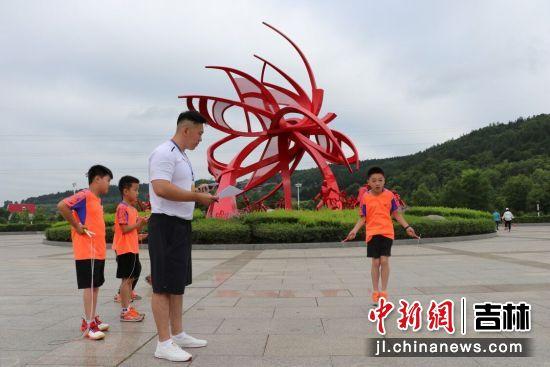 小选手表演花式跳绳 敦化市文广旅局/供图