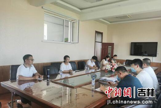 与学校班子成员集体谈话 敦化市纪委监委/供图