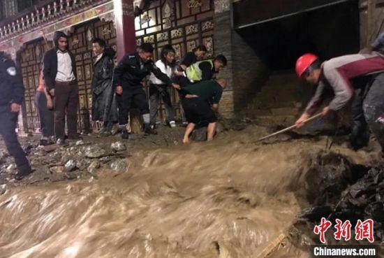 德格县境内发生山洪灾害,救援人员正在现场处置。德格融媒体中心提供